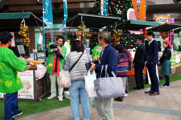 桜島小みかんPRキャンペーン会場の鹿児島中央駅アミュ広場
