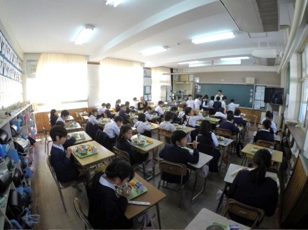 このあとは場所を移して学校給食への配布。今回は宇宿小学校と紫原小学校の2校の給食に130キロもの桜島小みかんをご提供させていただきました
