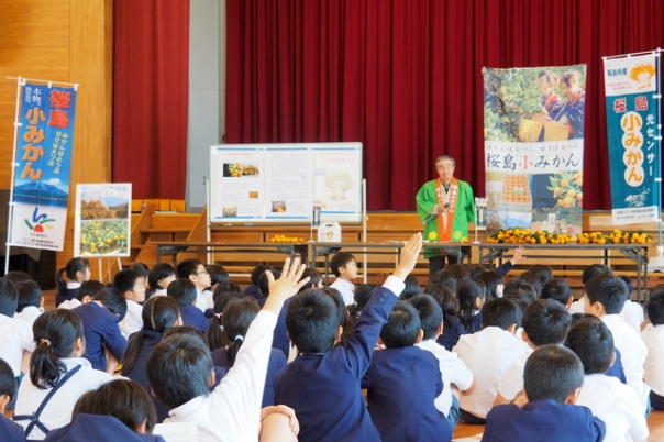宇宿小学校の生徒さんはとても元気!質問タイムでは次々と手があがり、会長もタジタジになるほどの鋭い質問も。。。(汗)