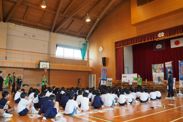 今回、お邪魔しましたのは鹿児島市立宇宿小学校。体育館には3年生にあつまっていただきました
