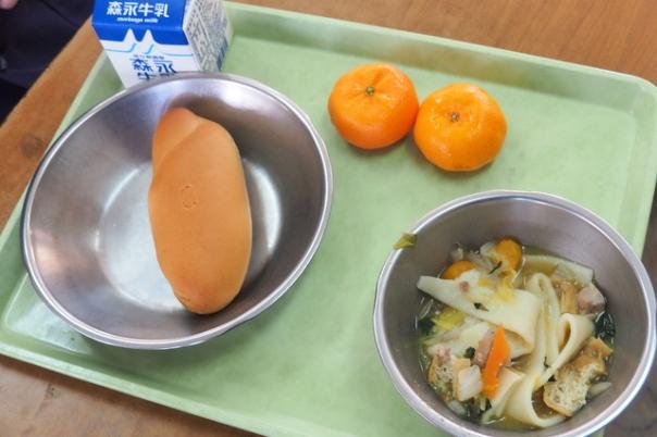本日の献立はこちら。桜島小みかんを2個ずつデザートでご提供させていただきました。